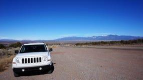 Vrachtwagen en weg in Arizona, de V.S. Royalty-vrije Stock Foto
