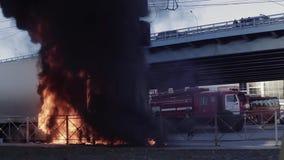 Vrachtwagen gevangen brand op de weg stock footage