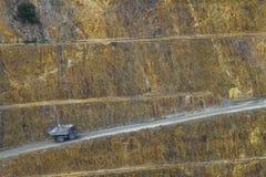 Vrachtwagen in goudmijn Stock Afbeeldingen