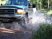 Vrachtwagen het Bespatten door Stroom stock foto's