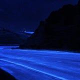 Vrachtwagen het Drijven bij Nacht op Curvy-Heuvel royalty-vrije stock afbeeldingen