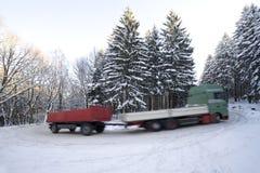Vrachtwagen met aanhangwagen op de winterweg royalty-vrije stock fotografie