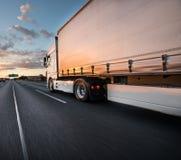 Vrachtwagen met container op weg, het concept van het ladingsvervoer stock fotografie