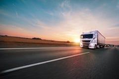 Vrachtwagen met container op weg, het concept van het ladingsvervoer stock foto