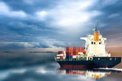Vrachtwagen met container & schipinvoer-uitvoer Stock Foto