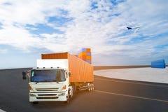 Vrachtwagen met container voor het verschepen stock foto's