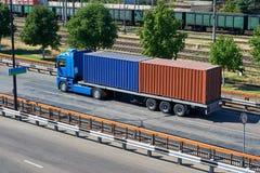 Vrachtwagen met containers in zeehaven, vervoer over zee en vervoersconcept royalty-vrije stock afbeeldingen