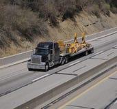 Vrachtwagen met de Zware Delen van de Apparatuur Royalty-vrije Stock Afbeelding