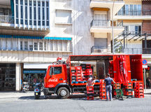 Vrachtwagen met dozen Coca-cola op de straat van Sevilla Stock Foto's