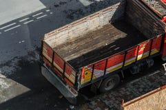 Vrachtwagen met een lege en vuile carrosserie royalty-vrije stock afbeelding