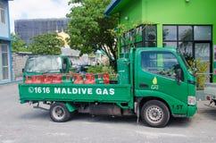 Vrachtwagen met gashouders dichtbij benzinestation bij Mannetje Royalty-vrije Stock Foto's