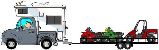 Vrachtwagen met kampeerauto die ATV slepen Royalty-vrije Stock Fotografie