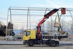 Vrachtwagen met kraan Stock Foto