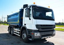 Vrachtwagen met opvlammende lichten Stock Afbeeldingen