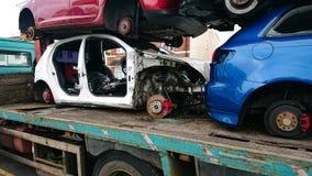 Vrachtwagen met oude auto's aan vernieling royalty-vrije stock foto's