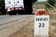 Vrachtwagen op Afrikaanse weg royalty-vrije stock foto