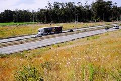 Vrachtwagen op autosnelweg A28 SCUT Portugal stock afbeelding