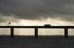 Vrachtwagen op brug Stock Foto