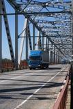 Vrachtwagen op de brug Stock Foto's