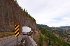 Vrachtwagen op de brug dichtbij de klip Royalty-vrije Stock Afbeeldingen