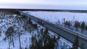 Vrachtwagen op de de winterweg stock videobeelden