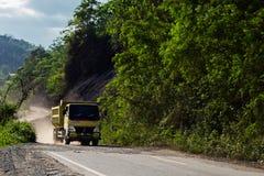 Vrachtwagen op de doodsweg Stock Fotografie