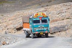 Vrachtwagen op de hoge hoogte Manali - Leh-weg, India Stock Foto's