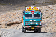 Vrachtwagen op de hoge hoogte Manali - Leh-weg, India Stock Foto