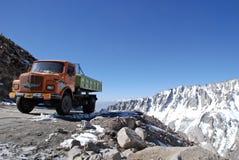 Vrachtwagen op de hoogste motorable weg Stock Afbeelding