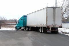 Vrachtwagen op de straat stock foto