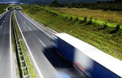 Vrachtwagen op de weg stock afbeelding