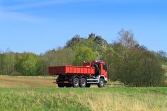 Vrachtwagen op de weg stock foto's