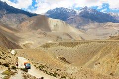 Vrachtwagen op de weg in de Himalayan-bergen nepal Koninkrijk van Hoger Mustang Stock Foto