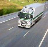 Vrachtwagen op de weg in motie Royalty-vrije Stock Foto