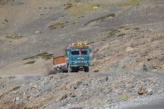 Vrachtwagen op de weg van hoge hoogte manali-Leh in Lahaul-vallei, staat van Himachal Pradesh, Indisch Himalayagebergte, India stock foto's