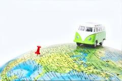 Vrachtwagen op de wereldkaart Stock Foto's