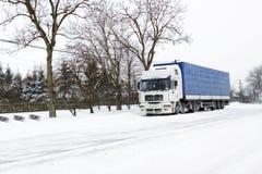 Vrachtwagen op de winterweg Royalty-vrije Stock Afbeeldingen