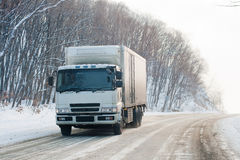 Vrachtwagen op een de winterweg Royalty-vrije Stock Afbeelding
