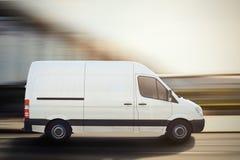 Vrachtwagen op een stadsweg het 3d teruggeven Stock Afbeelding