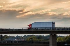 Vrachtwagen op het viaduct Stock Afbeeldingen