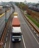 Vrachtwagen op het wegviaduct Stock Foto