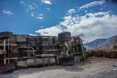 Vrachtwagen op hoge bergweg die wordt verpletterd Stock Foto's