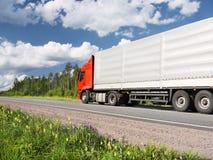 Vrachtwagen op landelijke weg Royalty-vrije Stock Afbeelding