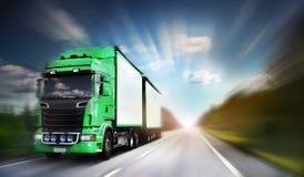 Vrachtwagen op snelweg Stock Afbeeldingen