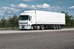 Vrachtwagen op weg, blauwe hemel, het concept van het ladingsvervoer Royalty-vrije Stock Fotografie