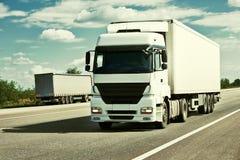 Vrachtwagen op weg, blauwe hemel, het concept van het ladingsvervoer, gestemd geel Royalty-vrije Stock Afbeeldingen