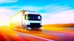 Vrachtwagen op weg Commercieel vervoer De container van het vrachtwagenvervoer stock afbeeldingen