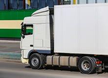 Vrachtwagen op weg dichtbij winkel Royalty-vrije Stock Afbeeldingen