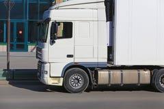 Vrachtwagen op weg dichtbij winkel Royalty-vrije Stock Fotografie