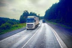 Vrachtwagen op weg-levering van goederen in slecht weerbedreiging foto van de cabine van een grote vrachtwagen op bovenkant Royalty-vrije Stock Afbeeldingen